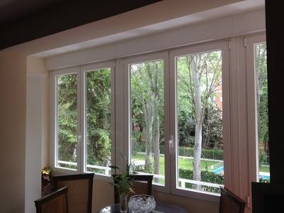 Ventanas antiruido color madera blanco gris y aluminio s for Ventanas aluminio gris antracita