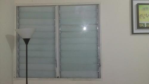 ventanas de romanillas de aluminio con sus vidrios en blanco