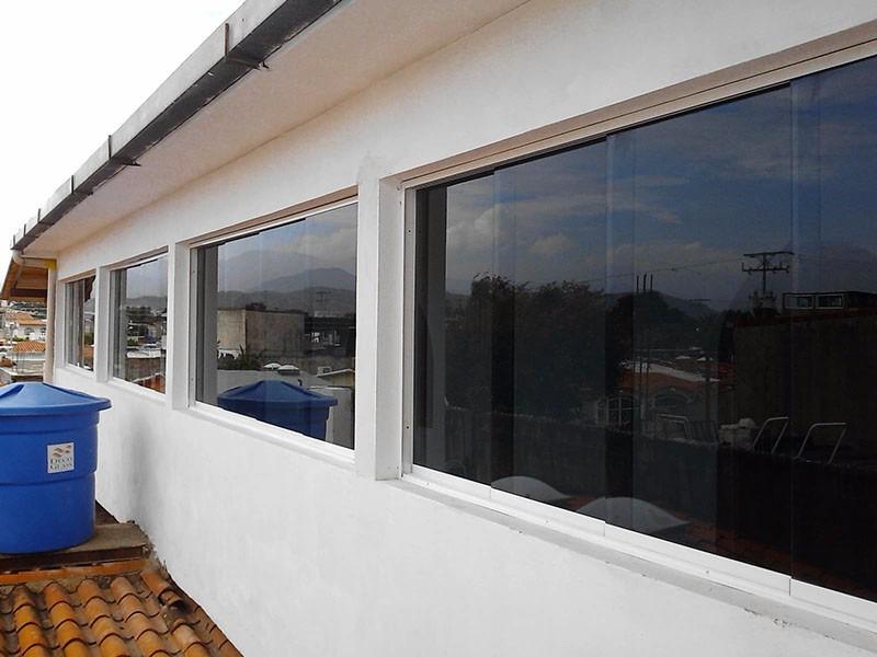 ventanas panor micas en aluminio y vidrio oscuro