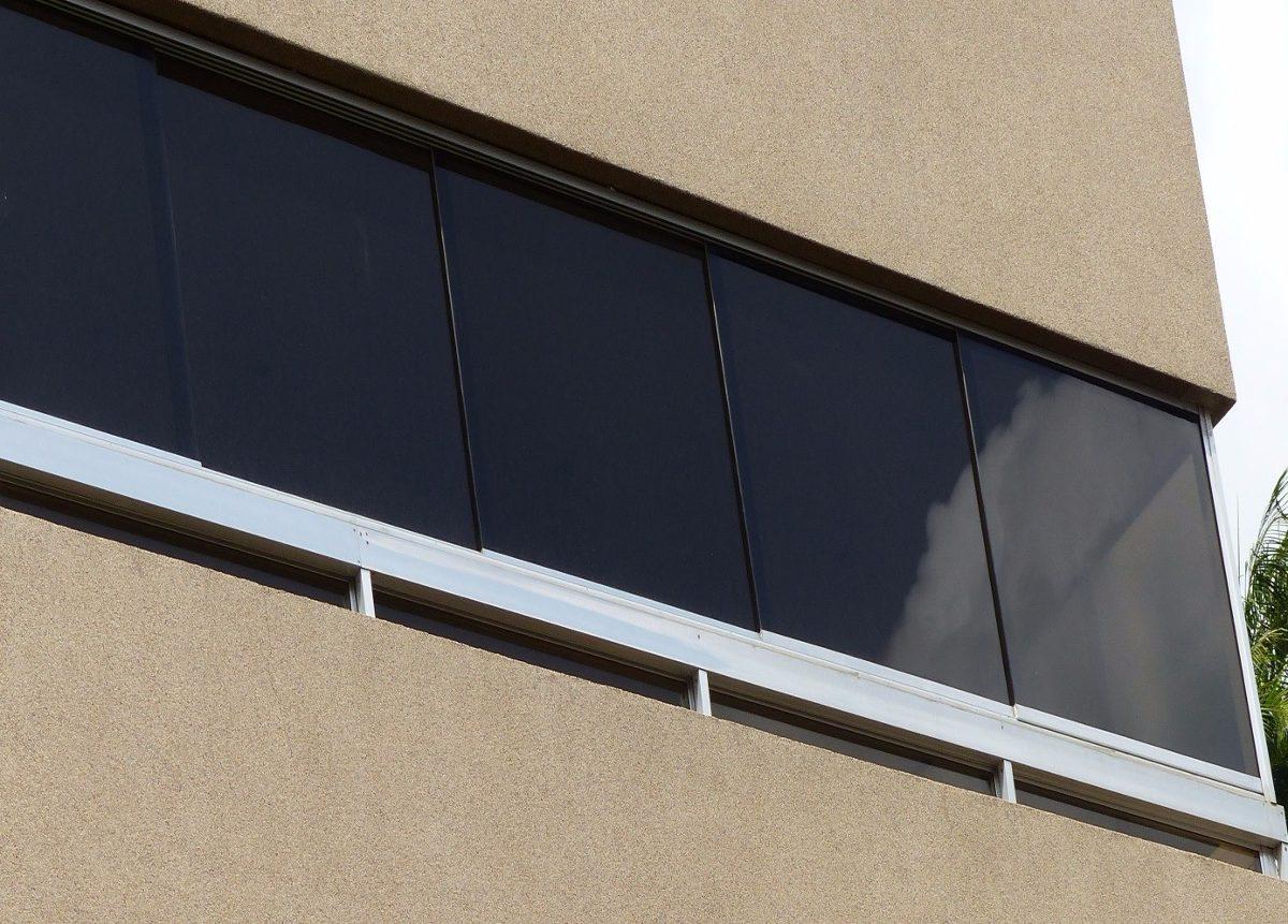 Ventanas panor micas en aluminio y vidrio oscuro for Ventana aluminio 120x120