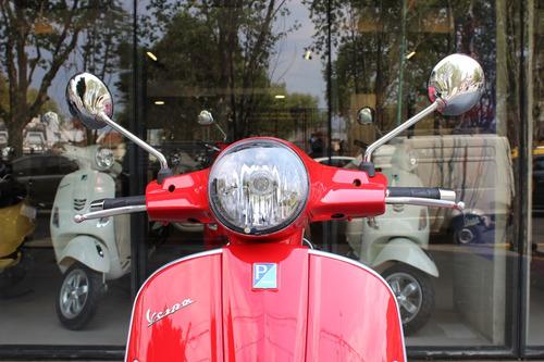 vespa 300 gts s roja abs/ asr - puesta en la calle