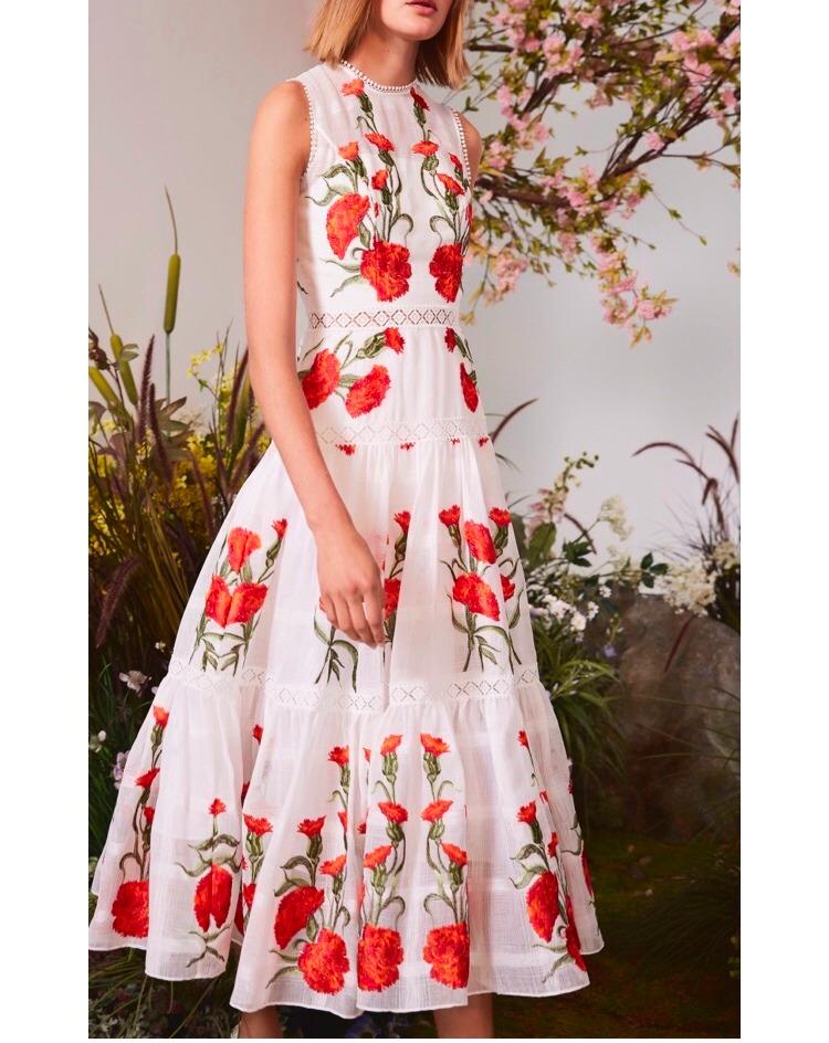 Vestido blanco con flores rojas bordadas