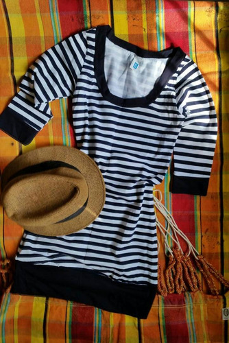 vestido blanco y azul a rayas, pegado al cuerpo ( avon).