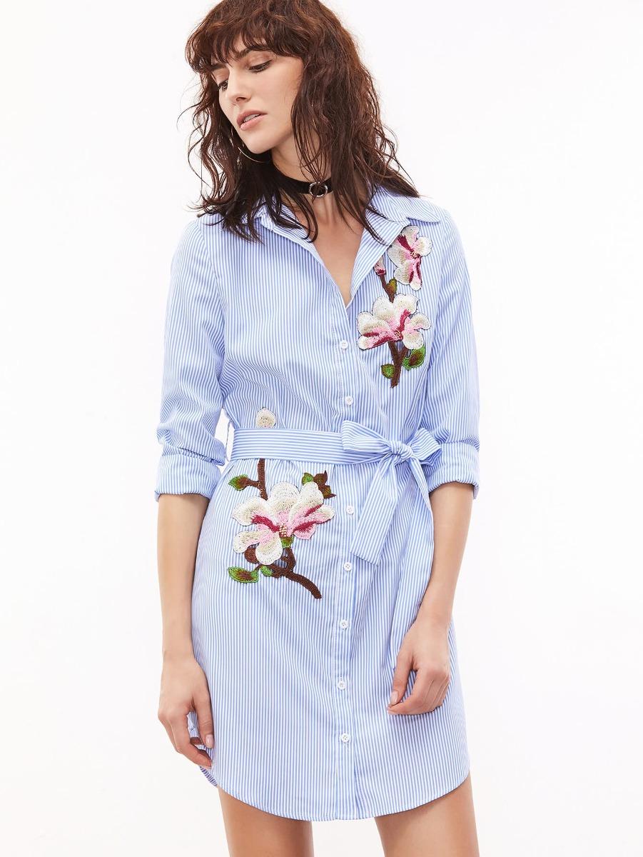 3c00139f4 vestido camisero a rayas con cinturón y bordado - azul y bl. Cargando zoom.
