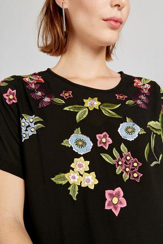 vestido corto con flores bordadas y viso yagmour