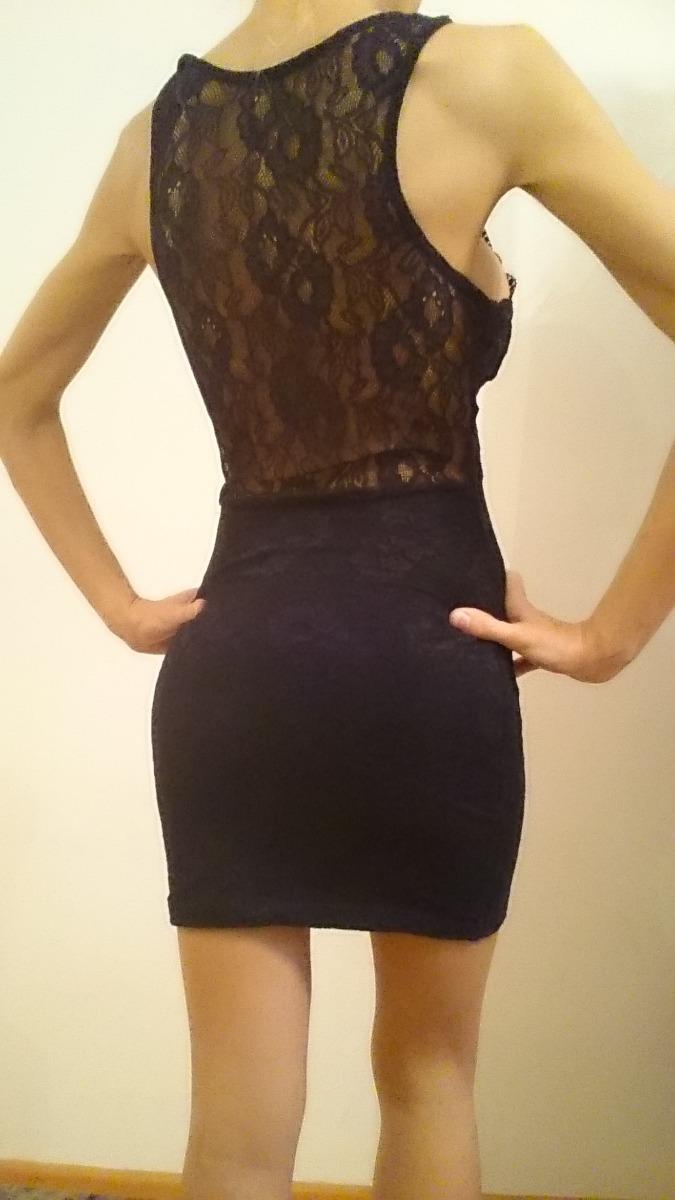 Vestido negro al cuerpo con espalda descubierta