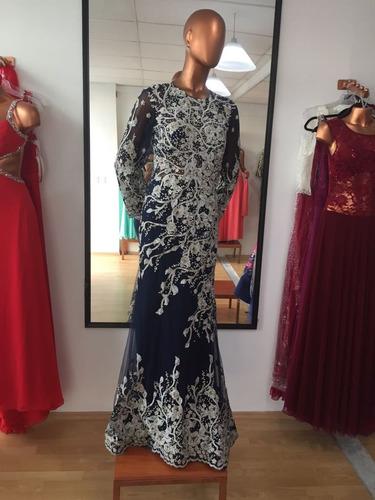 vestido de etiqueta bordado con mangas tipo sirena y cola