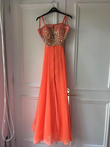 vestido de fiesta con aplicaciones de pedrería.