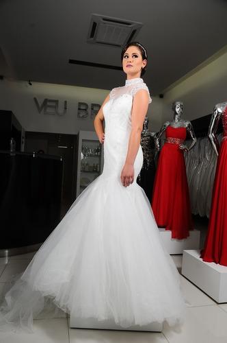vestido de novia con cuello y manga corta