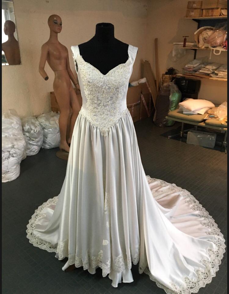 vestido de novia largo con encaje escote corazón y cola - $ 3.000,00