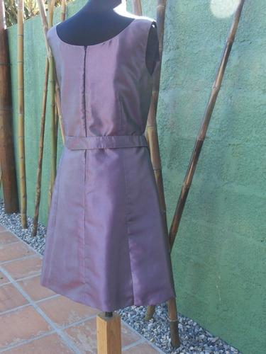 vestido de tafeta con falda evasée y hebilla de strass.