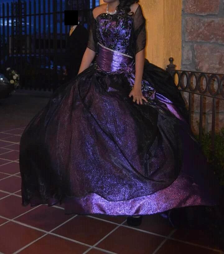 Vestido de xv morado con negro