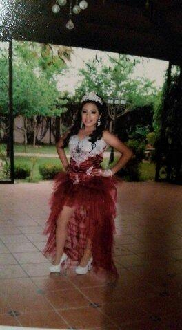 Vestido De Xv Guinda Con Plata Falda Corta Rramo Cojin Chal 400000