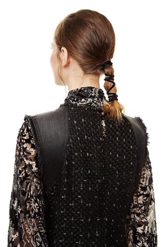 vestido desigual negro con aplicaciones