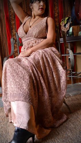 vestido largo rosa de encaje con breteles