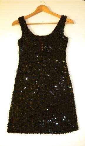 vestido negro corto de fiesta con lentejuelas, brilloso