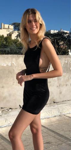 vestido negro mujer sentite guapa