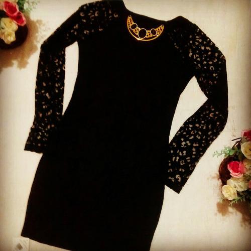 vestido preto com max colar