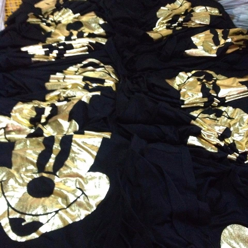 Vestido preto com mickey dourado