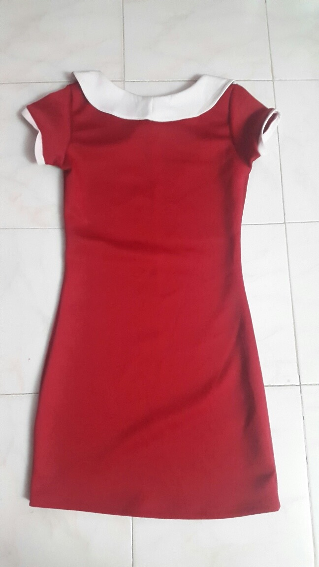 Vestido rojo con cuello blanco