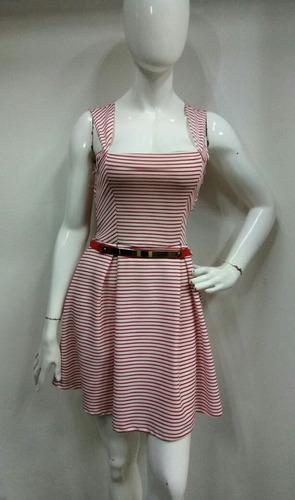 vestido rojo con rayas blancas