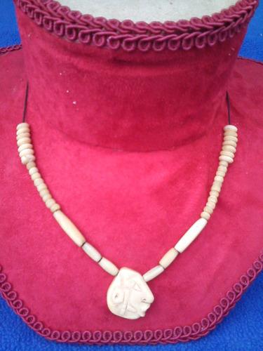 viejo collar de hueso con carita maya