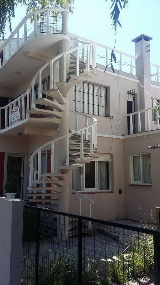 villa gesell- ideal como proyecto de inversion en potencial  zona centrica,  a pasos de la peatonal y a 2 cuadras del mar : - tres casas + pequeño local prefabricado - extraordinaria rentabilid