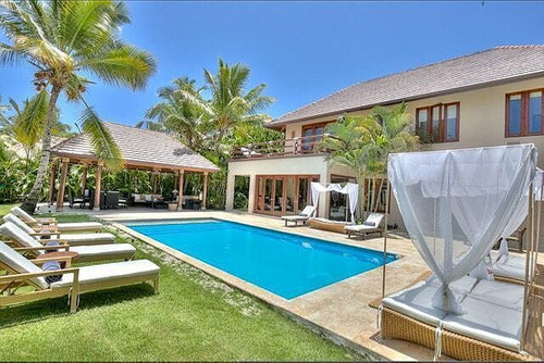 villa tropical frente a campo de golf