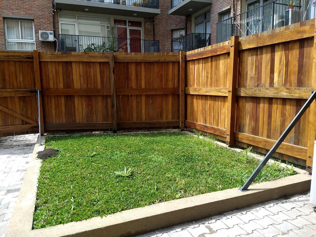 villa urquiza - tres ambientes con jardín a estrenar!