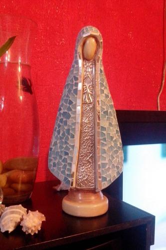 virgen de arcilla adornada con vidrio y laton repujado