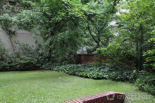 vista a jardines desde todos los ambientes. cochera.