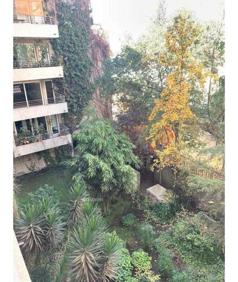 vista despejada frente a parque bustamante, sin estacionamiento, una amplia terraza y a solo pasos del metro