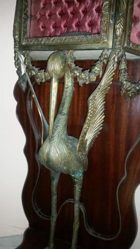 vitrina antigua con cigueña en bronce!
