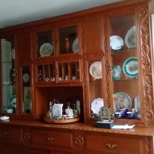 vitrina cedro. vidrio bicelado. como nueva.