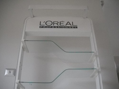 vitrina con luz marca loreal
