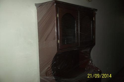 vitrina de madera con puertas de vidrio