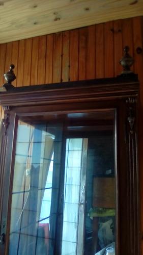 vitrina de madera y vidrio