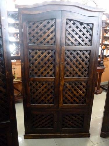 vitrina de puertas enrejada