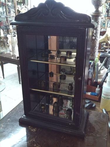 vitrina en madera con miniaturas en bronce