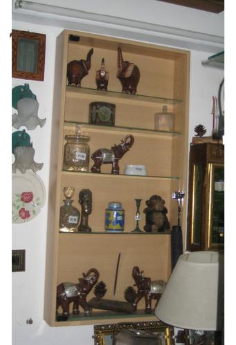 vitrina exhibidor colgante en madera color natural
