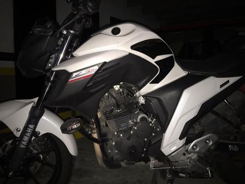 yamaha  fz 25 color blanco/negro