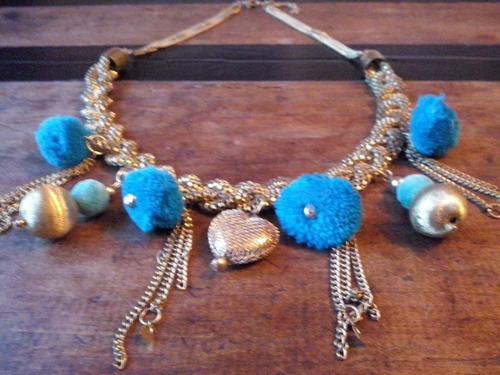 yolo#166 - collar dorado con pompones (turquesa)