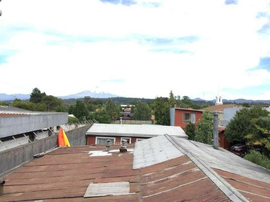 z o n a s u r . c l propiedades,  venta propiedad comercial pleno centro de la ciudad de villarrica, cuenta con 3 construcciones .