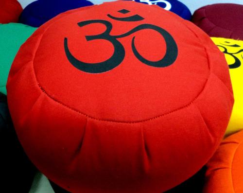 zafu, almohadón meditación mediano premium om 21 x 34 cm