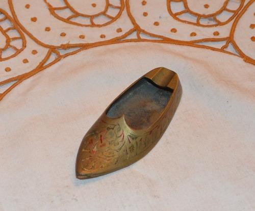 zapatilla antigua de bronce en miniatura