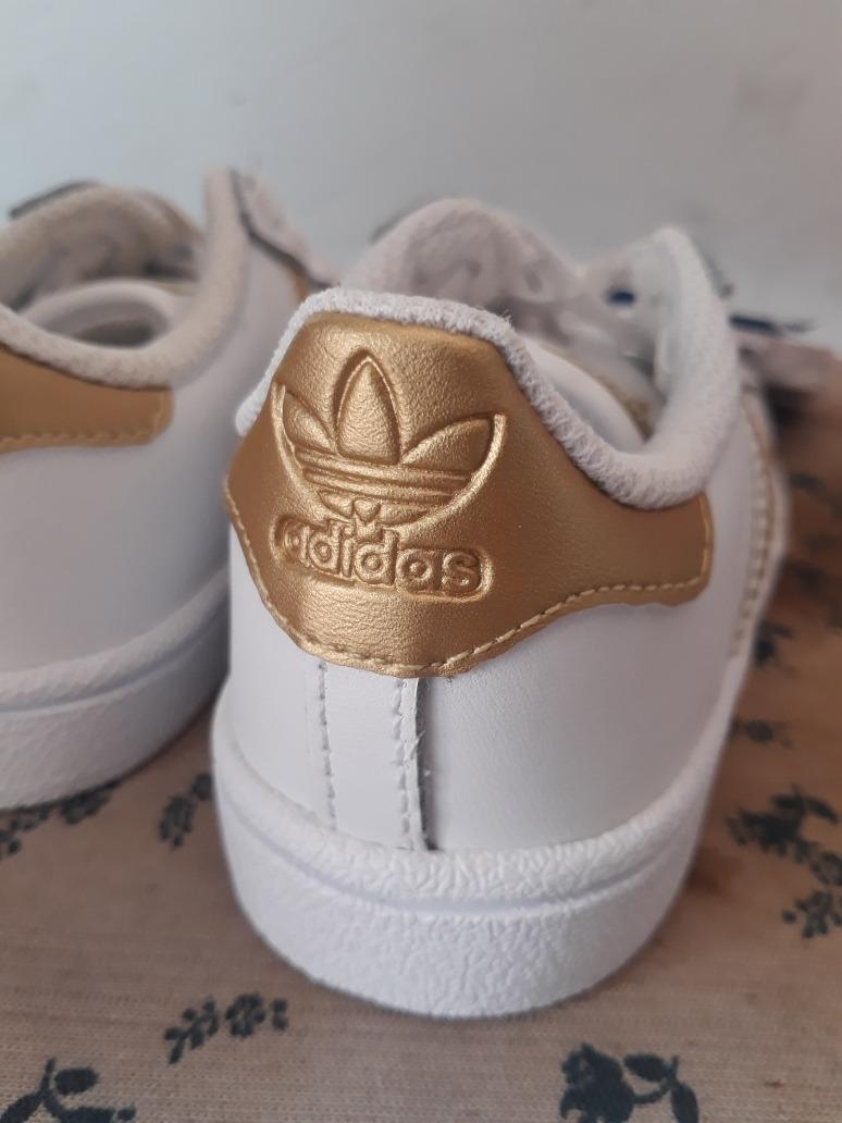 Aislante Casi Mañana  zapatillas adidas con rayas doradas 45640e