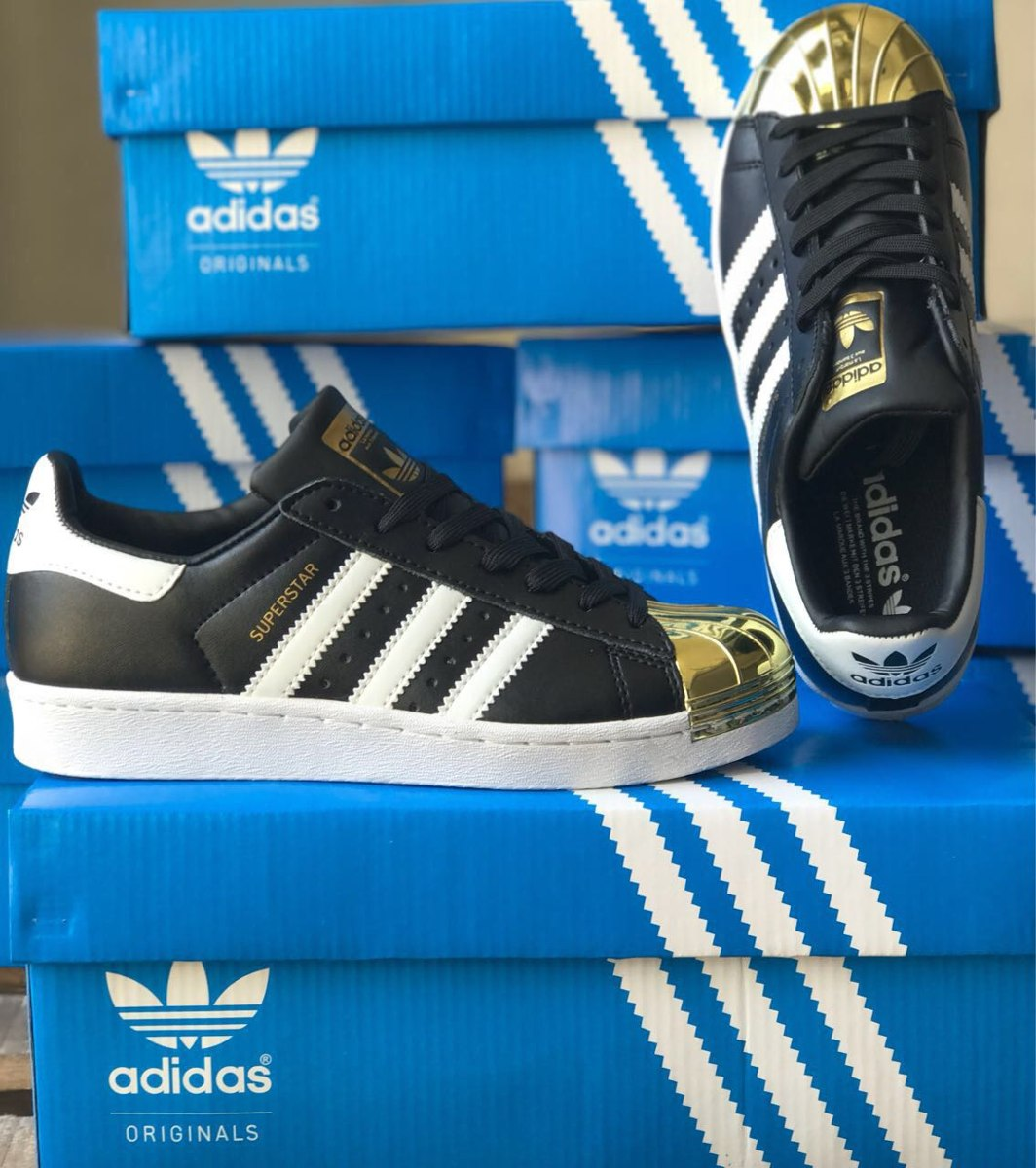 imagenes de zapatillas adidas negras y doradas