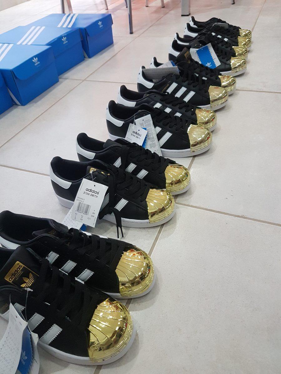 adidas superstar negras y doradas