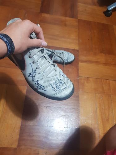 zapatillas autografiadas por parte del plantel uc 2016