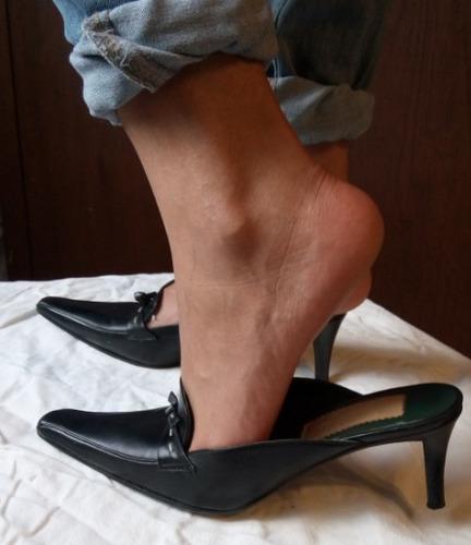 zapatillas destalonadas negras tacon mediano